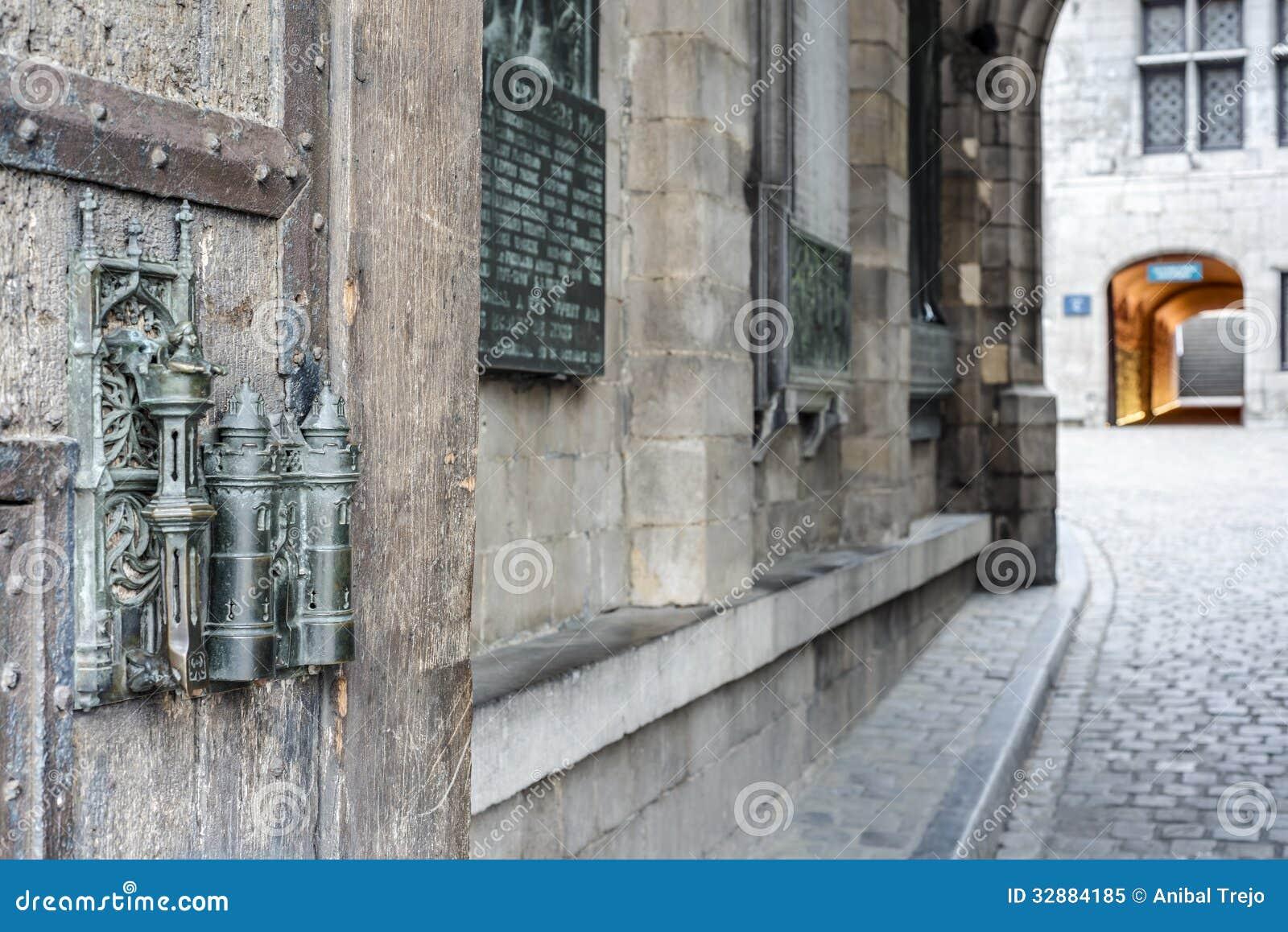 la serrure et la porte d 39 h tel de ville tirent dedans mons belgique image stock image du. Black Bedroom Furniture Sets. Home Design Ideas