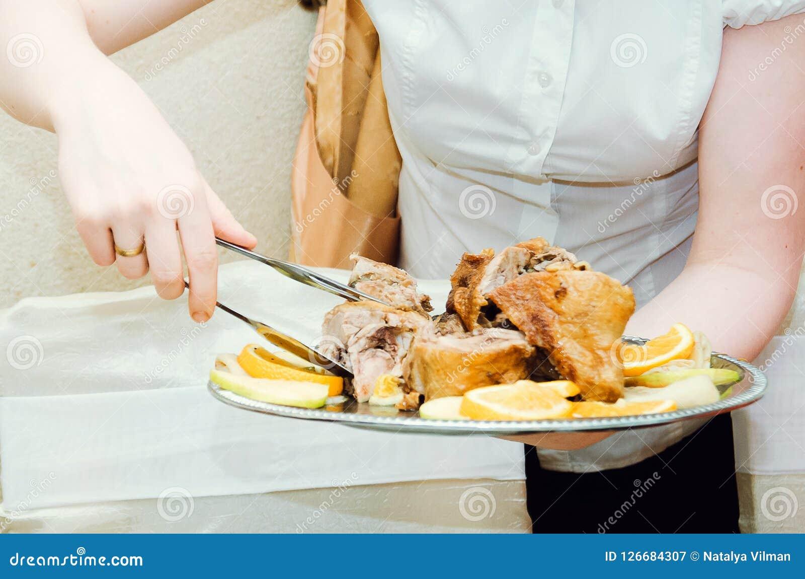 La serveuse sert un plat de