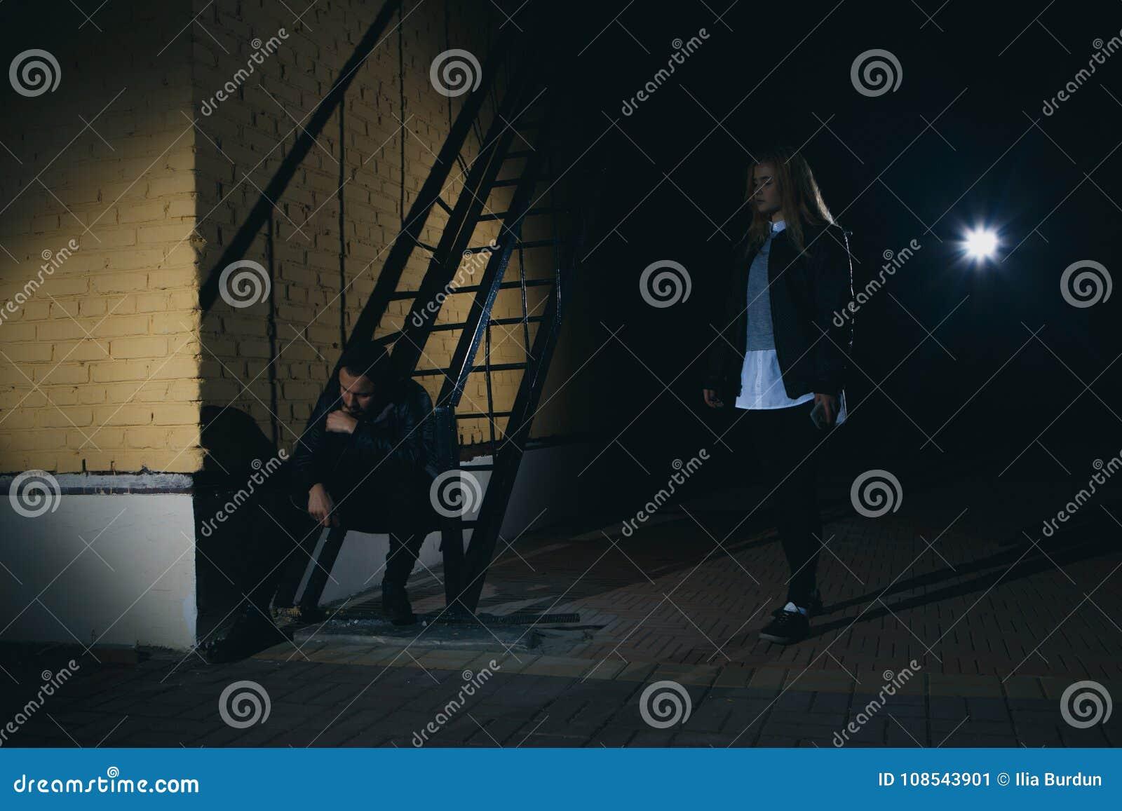 La silhouette d un homme attaque une femme par derrière dans un tunnel foncé Violence contre le concept de femmes Copiez l espace