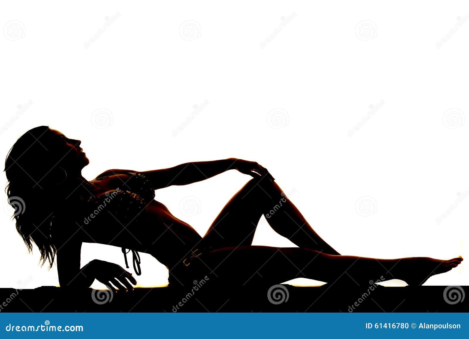La silhouette d une femme dans un bikini se remettent noir et blanc