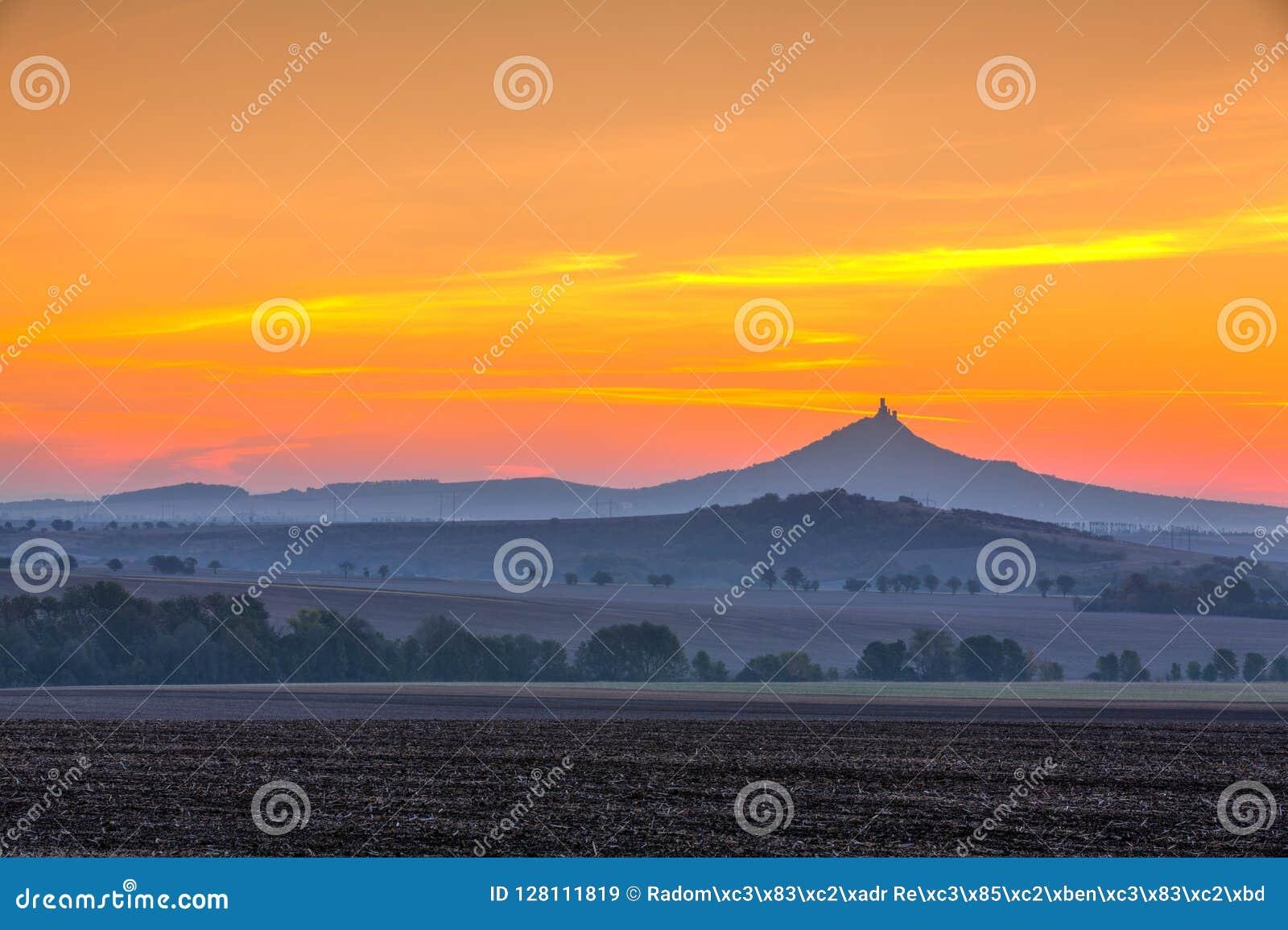La silhouette du château de Hazmburk au lever de soleil République Tchèque