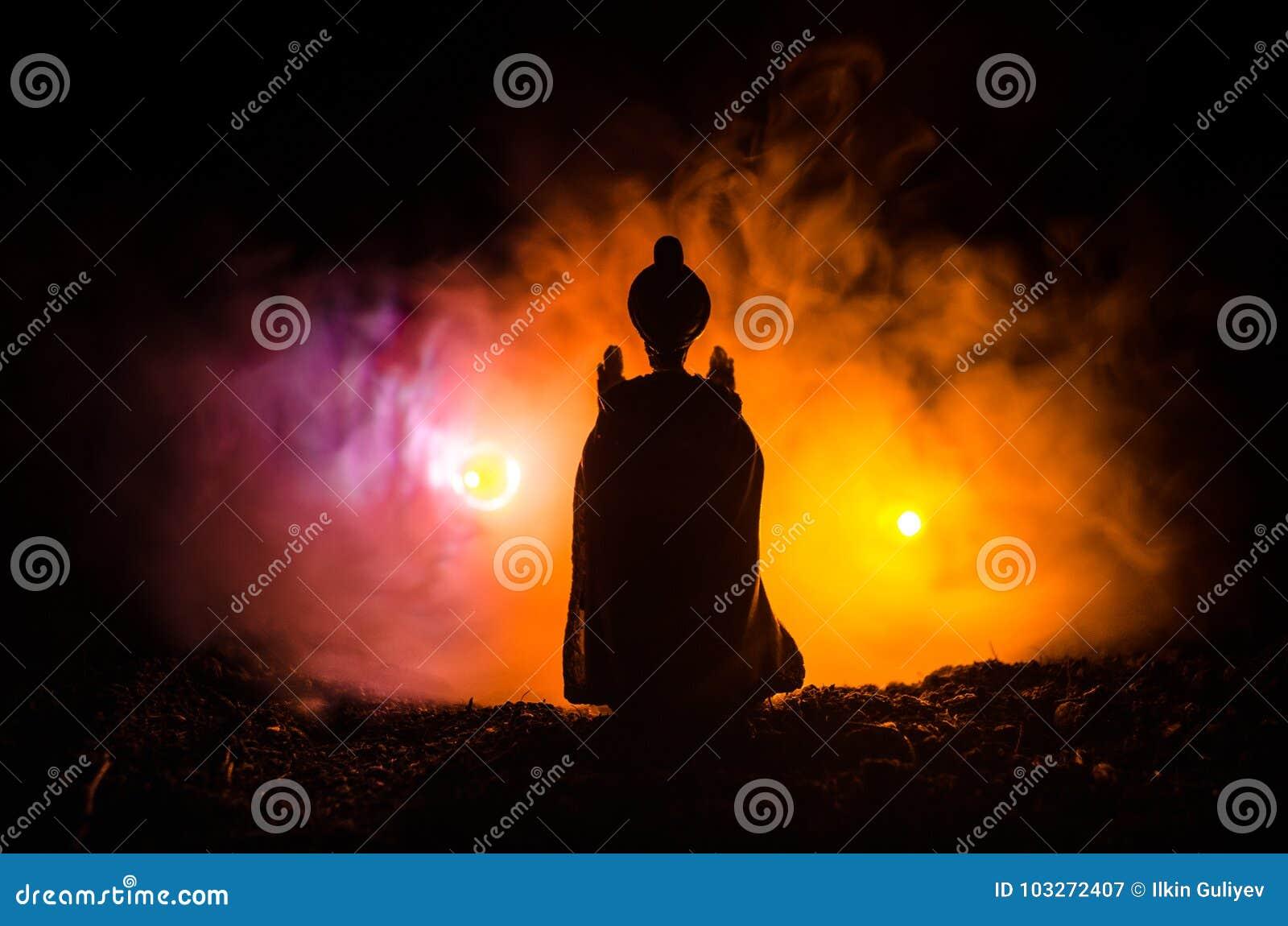 La silhouette musulmane d hommes a brouillé le fond, les silhouettes, la lumière de la foi, espoir, foi, supplication