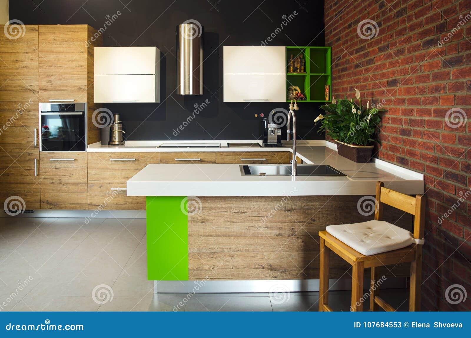 La silla de madera en la cocina
