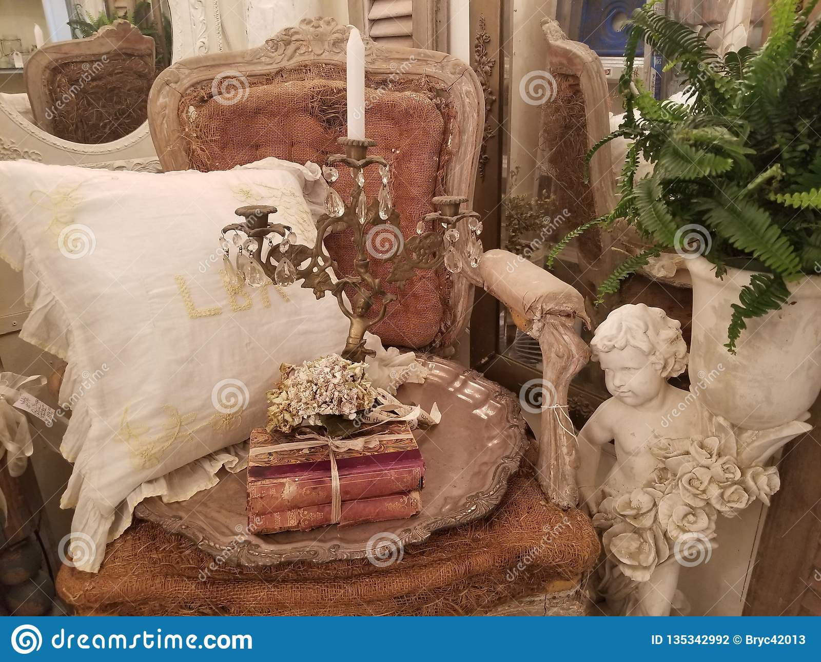 La silla y los artículos vintages antiguos exhibieron