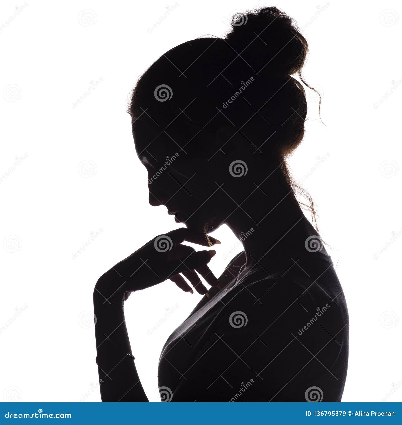 La silueta del perfil de una muchacha pensativa con una mano en la barbilla, una mujer joven bajó su cabeza abajo en un fondo ais
