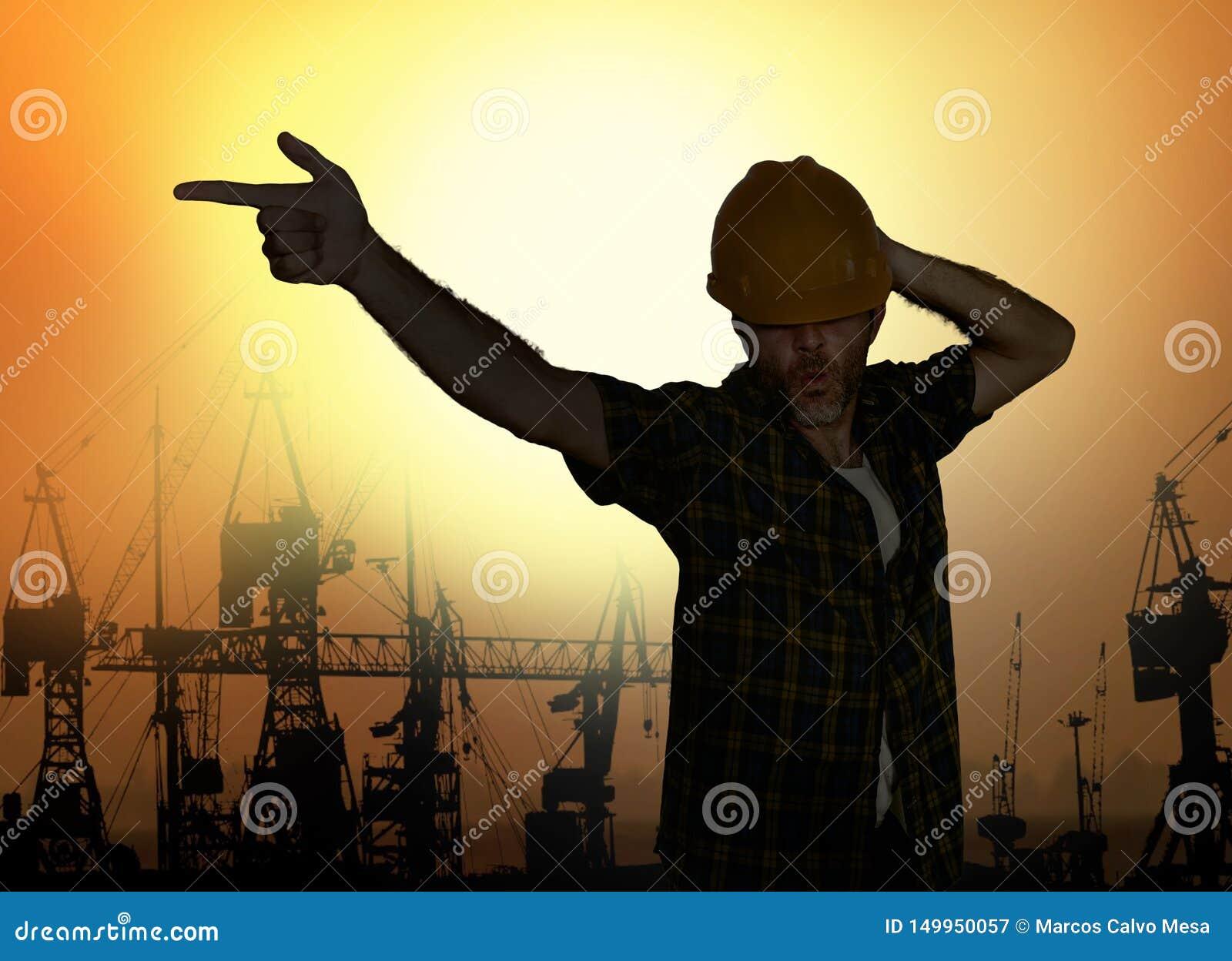 La silueta del trabajador que baila la emulación feliz con la actitud del estrella del pop del casco que celebra día laborable ha