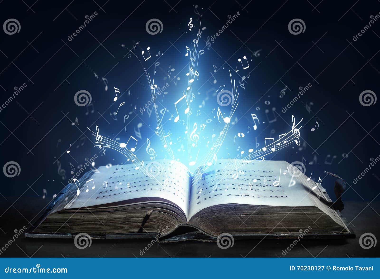 La sinfonía clásica brilla con las notas musicales de un libro antiguo
