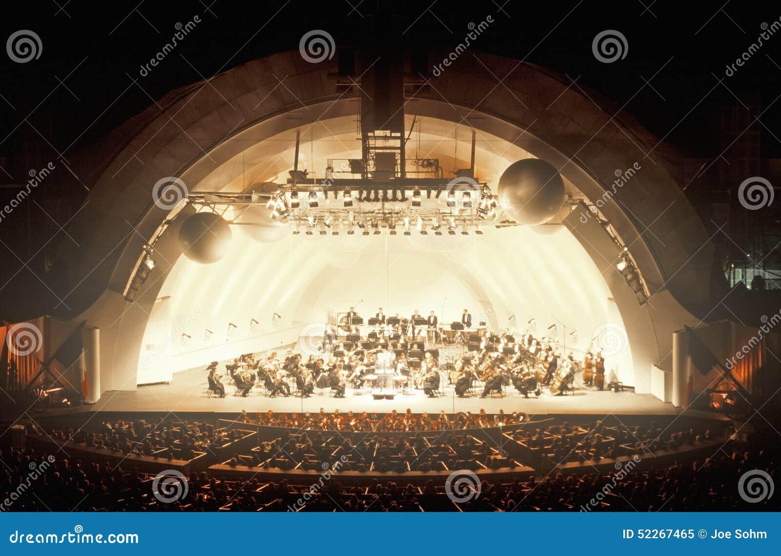 La sinfonía juega Tchaikovsky en el Hollywood Bowl, Los Ángeles, California