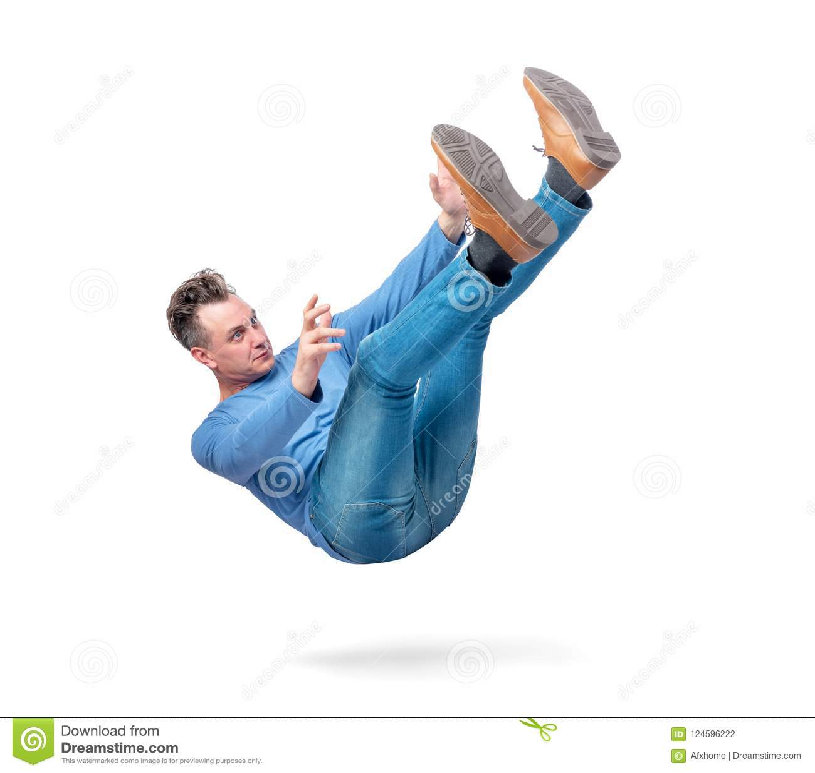 La situación, el hombre está bajando Aislado en el fondo blanco Concepto de un accidente