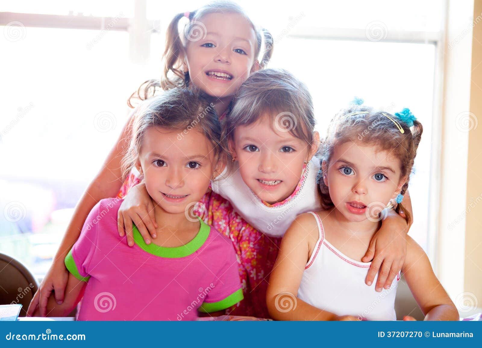 La soeur et les amis badinent des filles dans l étreinte heureuse ensemble
