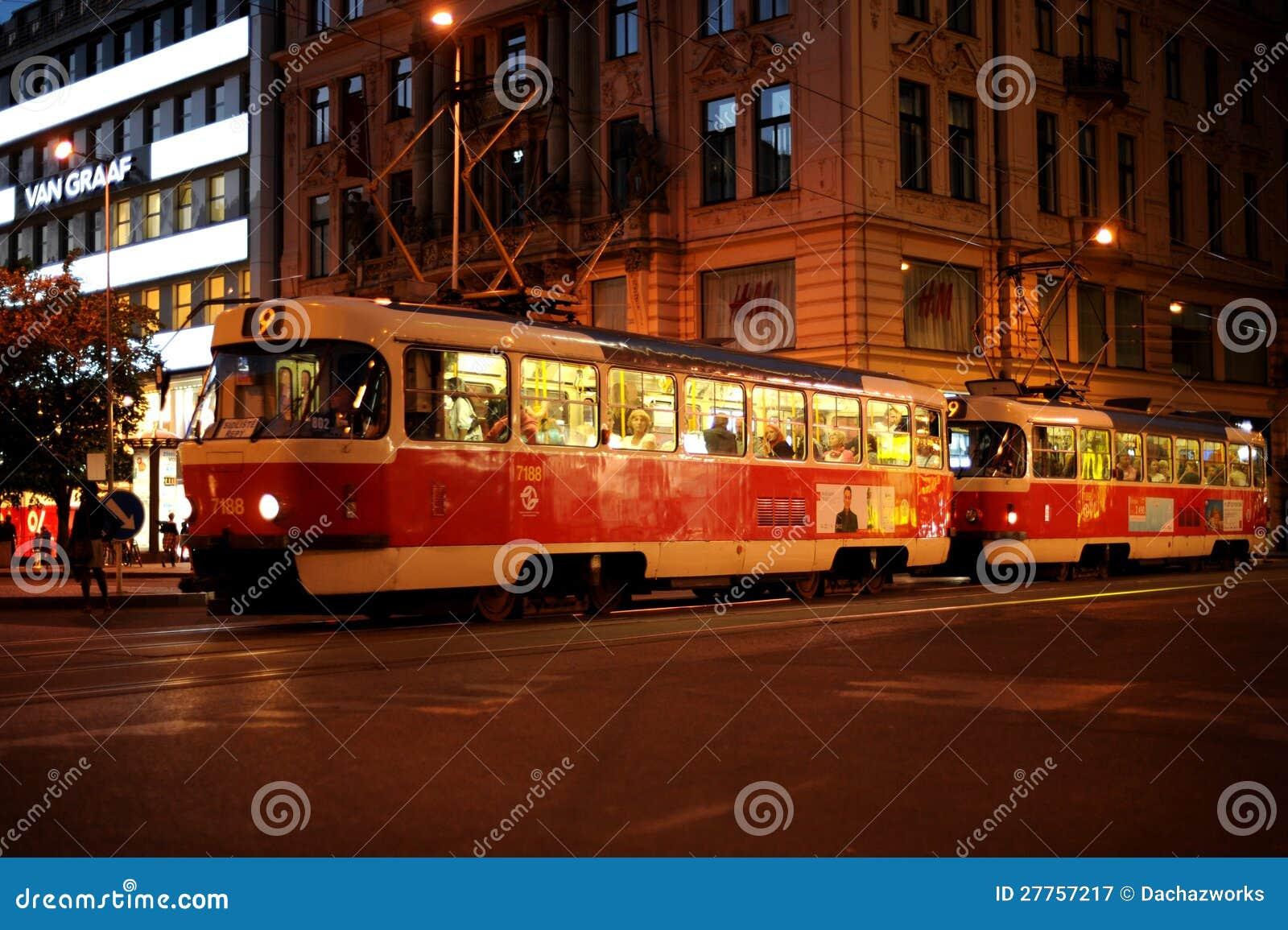 La soirée Prague, tramway passe par le Vatslavsky a