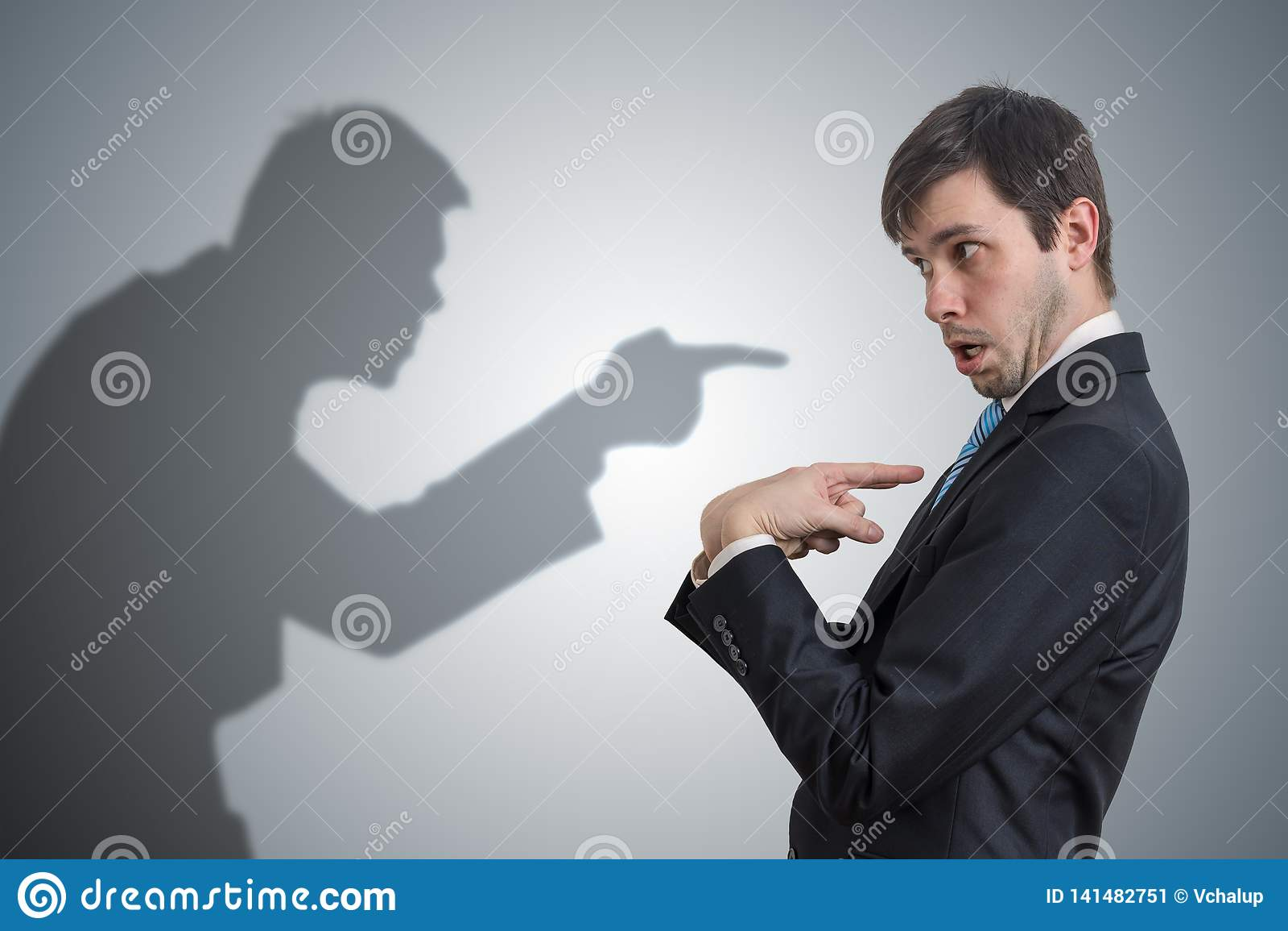 La sombra del hombre es punteaguda y que culpa al hombre de negocios Concepto de la conciencia