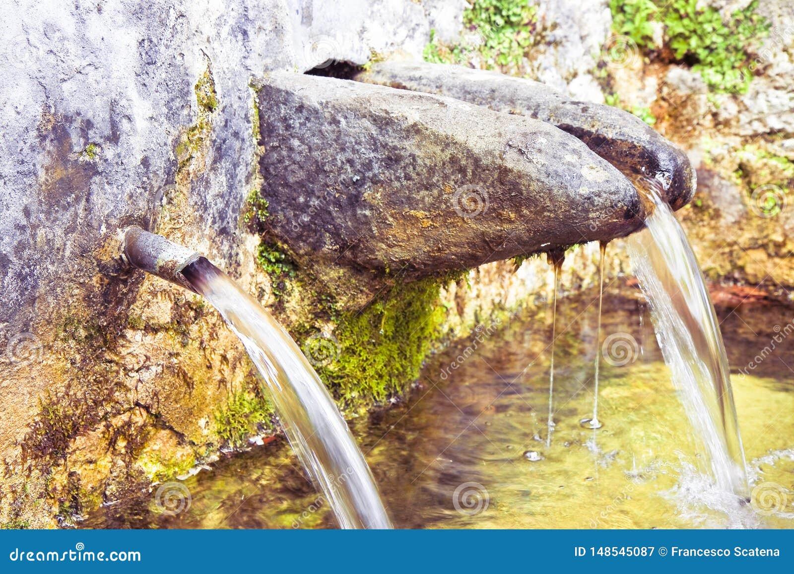 La source en pierre de l eau potable vient d une montagne - image avec l espace de copie
