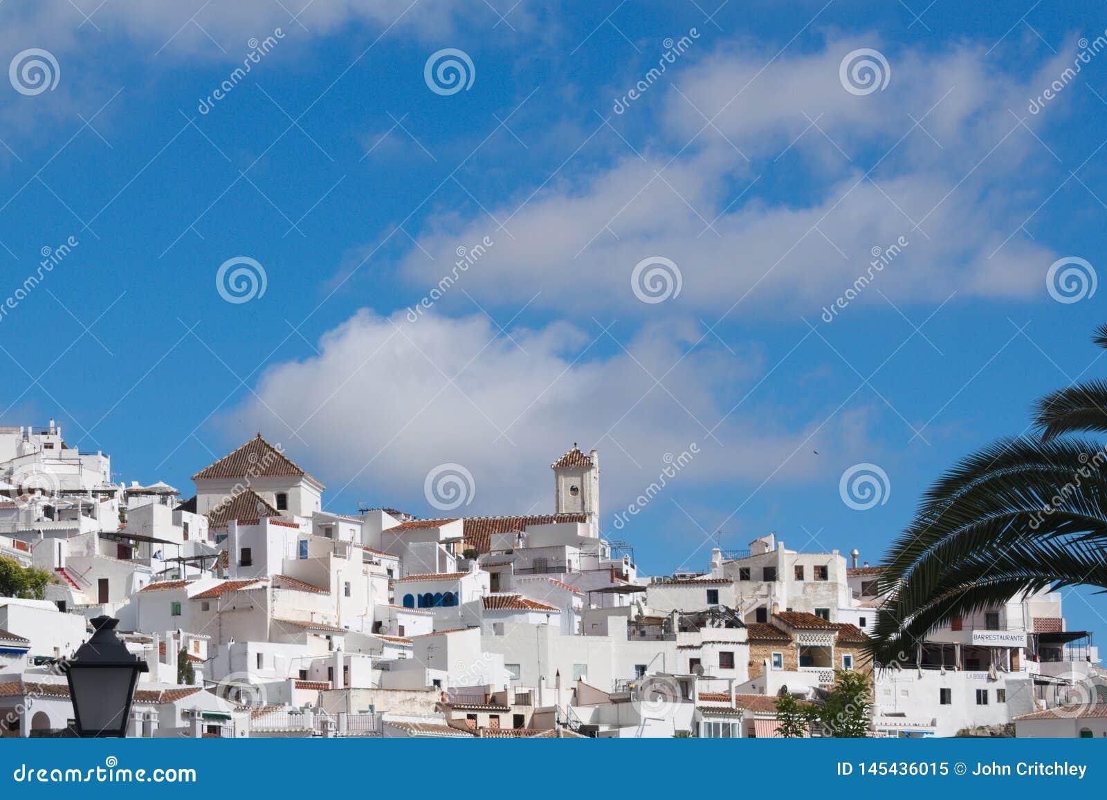 La Spagna, Frigiliana in Andalusia Una vista alla vecchia chiesa su una collina