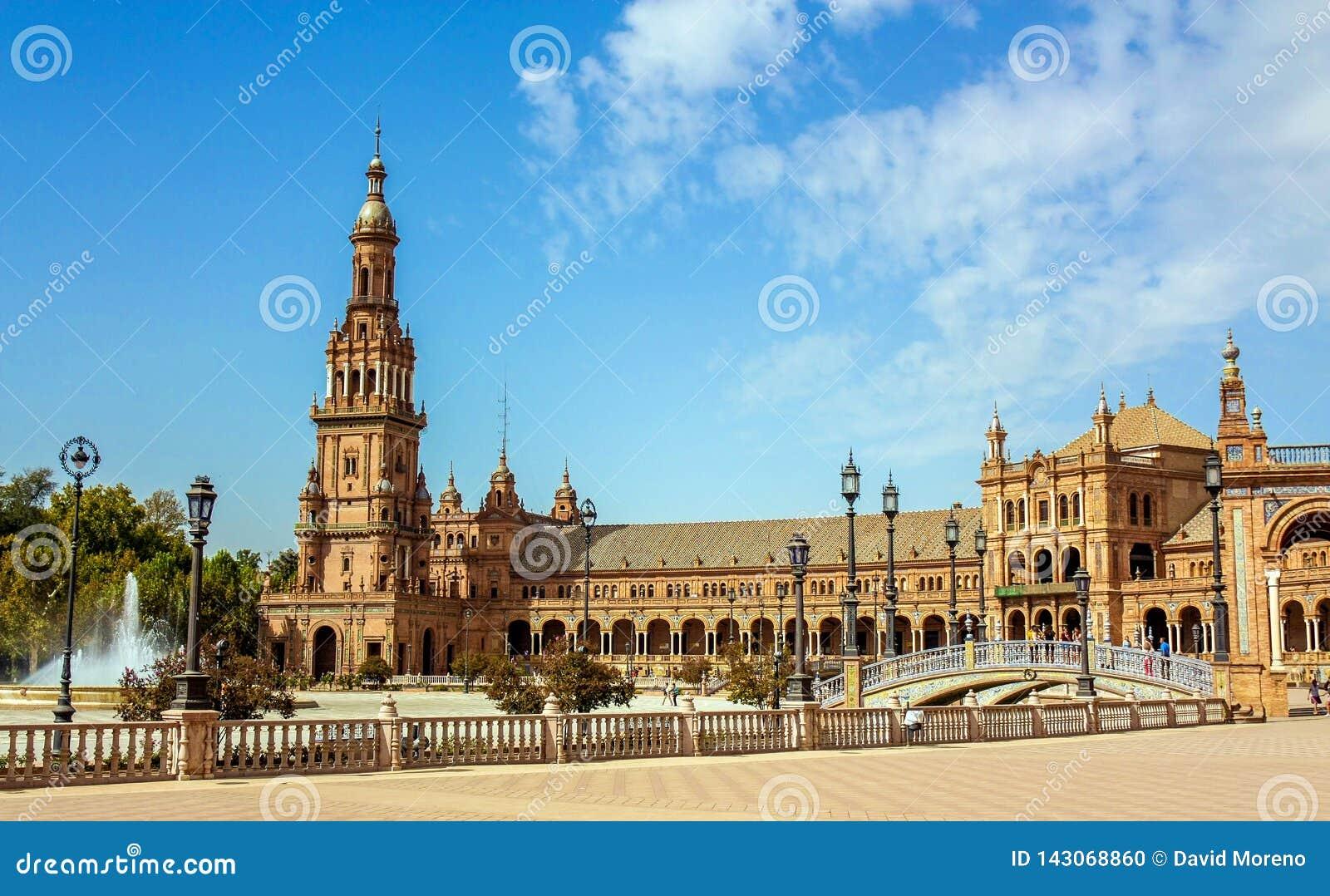 La Spagna, Siviglia Il quadrato della Spagna o Plaza de España è un esempio del punto di riferimento dello stile di rinascita di
