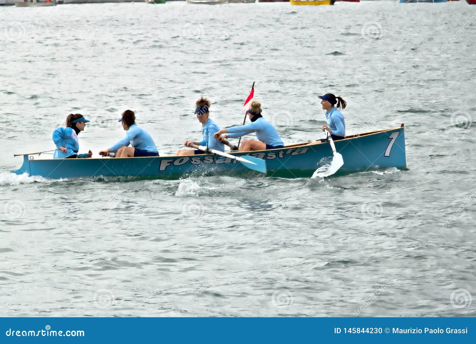 La Spezia, Liguri?, Itali? 03/17/2019 Palio del Golfo Vrouwenbemanning Traditionele maritieme regatta