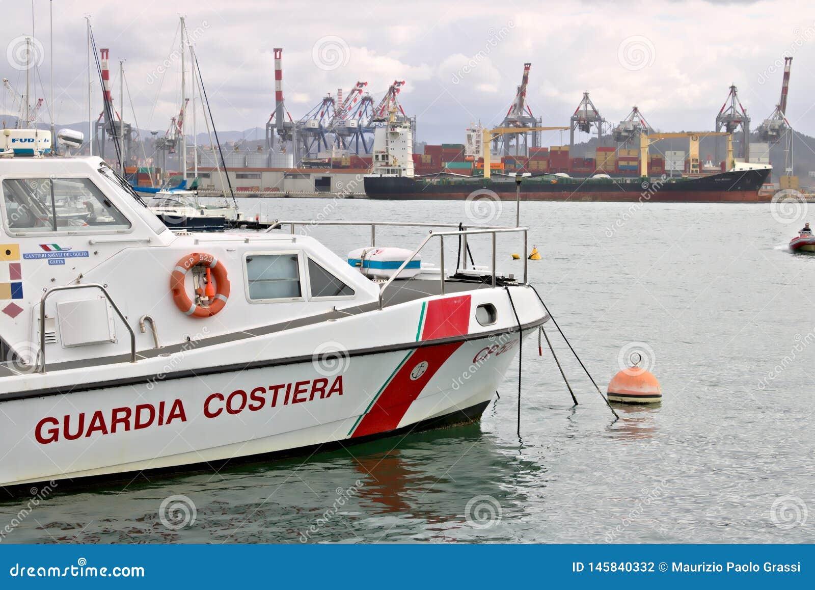La Spezia, Liguria, Italia 03/17/2019 Porto mercantile di La Spezia in Liguria Nella priorit? alta una barca della guardia costie