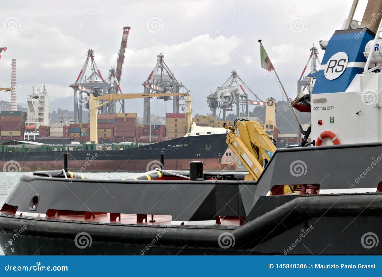 La Spezia, Ligurie, Italie 03/17/2019 Port marchand de La Spezia en Ligurie Dans le premier plan un bateau de la garde côtière