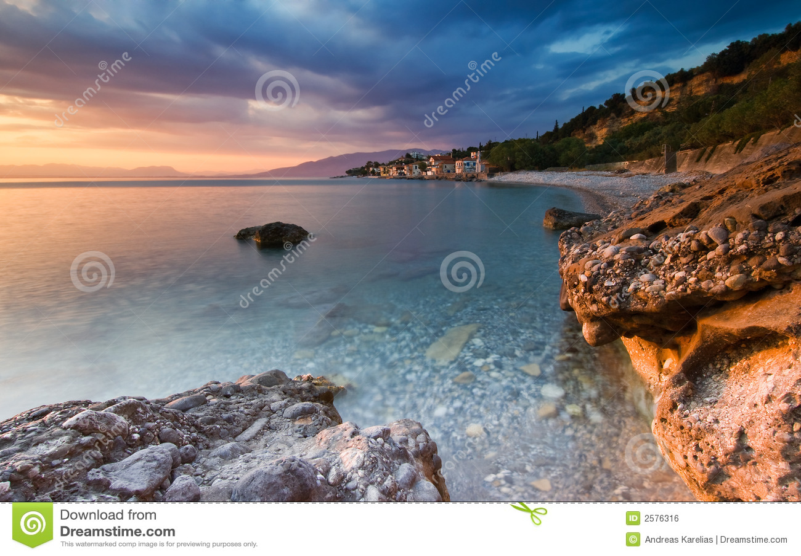 La spiaggia a Akrogiali