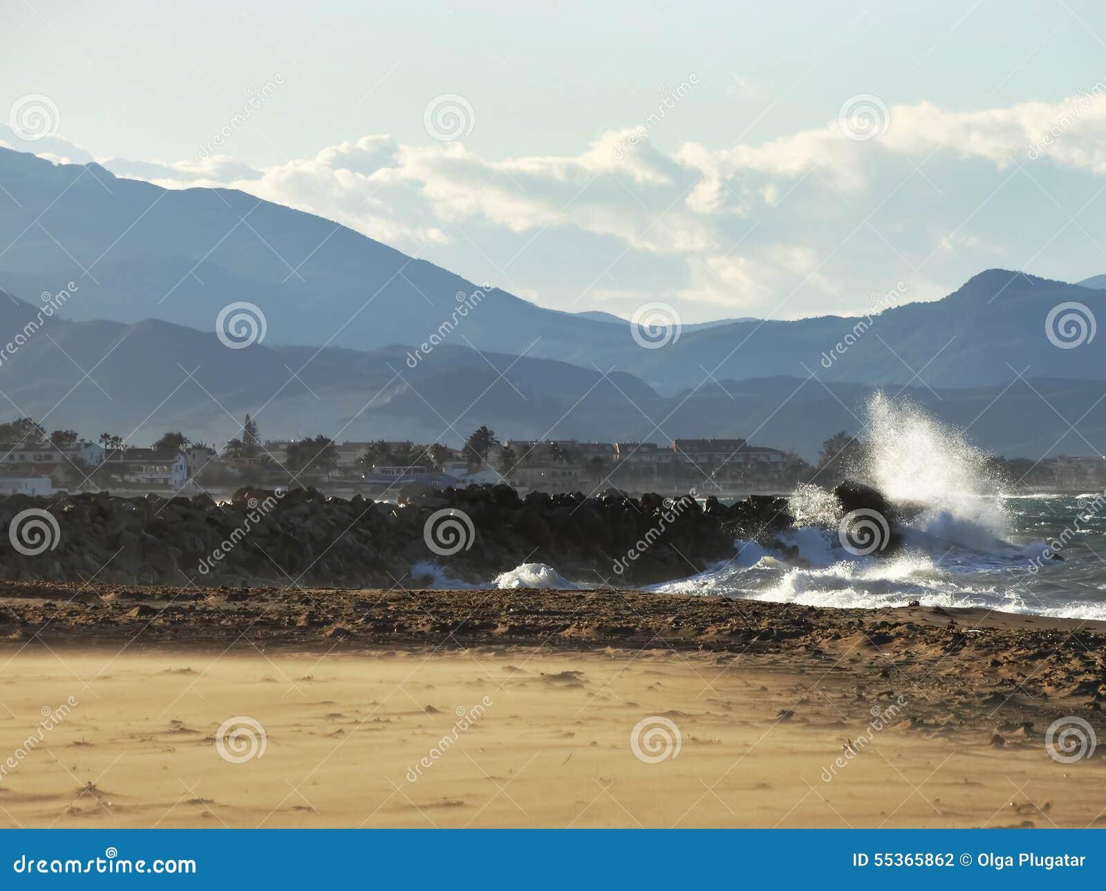 La spiaggia e la roccia della montagna spruzza