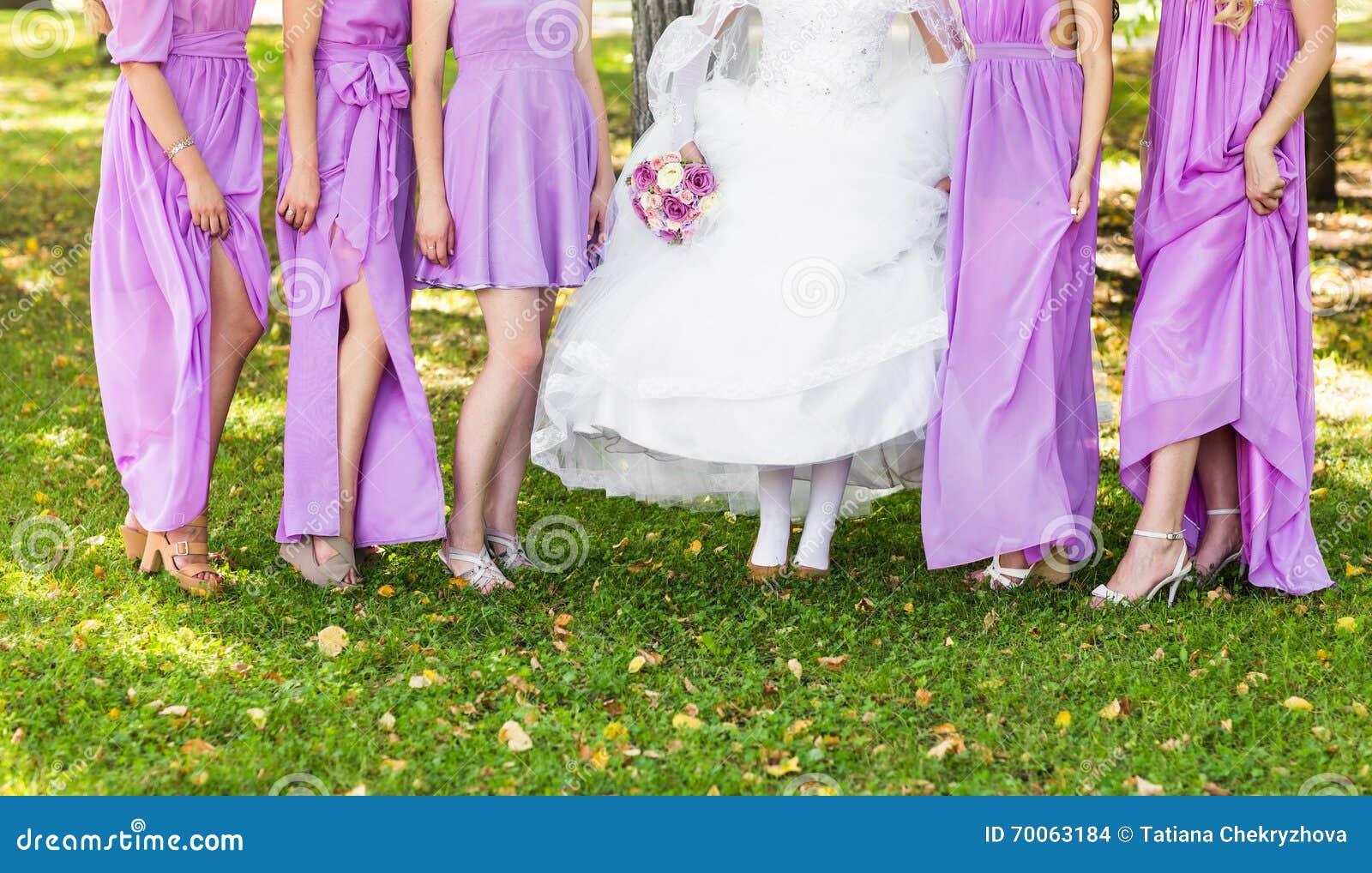3681238f8036 La Sposa E Le Damigelle D onore Ostentano Le Loro Scarpe A Nozze ...