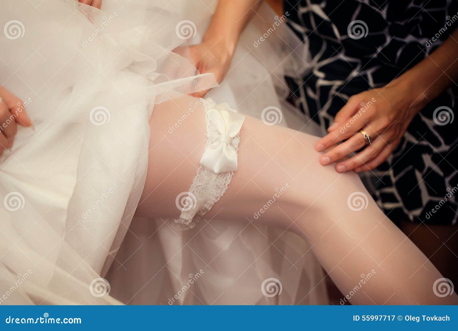 La sposa mette sopra una giarrettiera