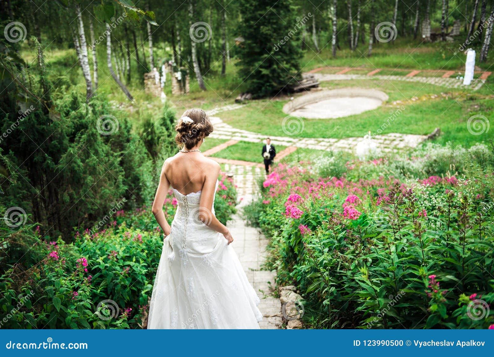 La sposa sta affrettando giù le scala al suo sposo