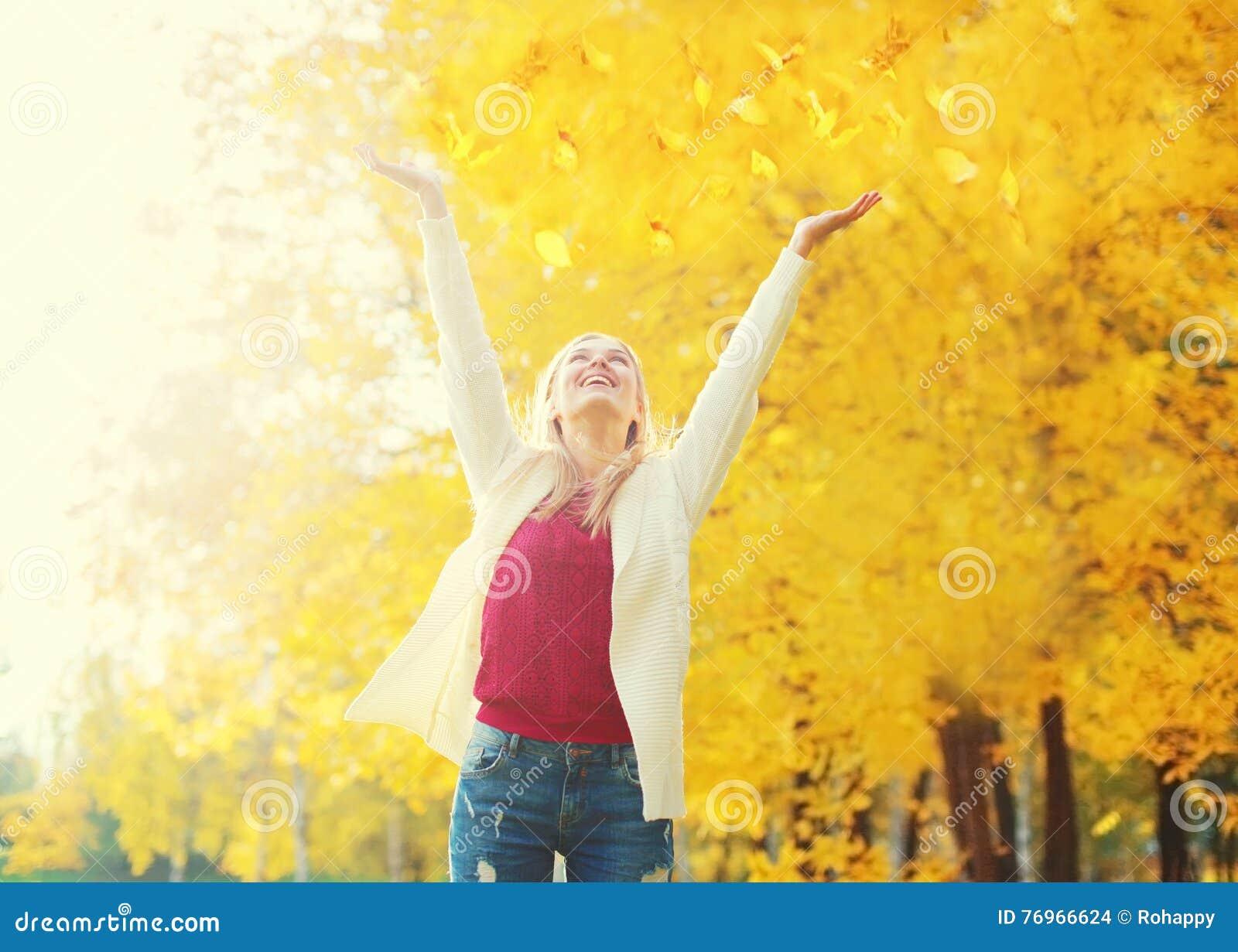 La stagione di autunno è aperta! Caduta della foglia, giovane donna felice di espressione divertendosi in soleggiato caldo