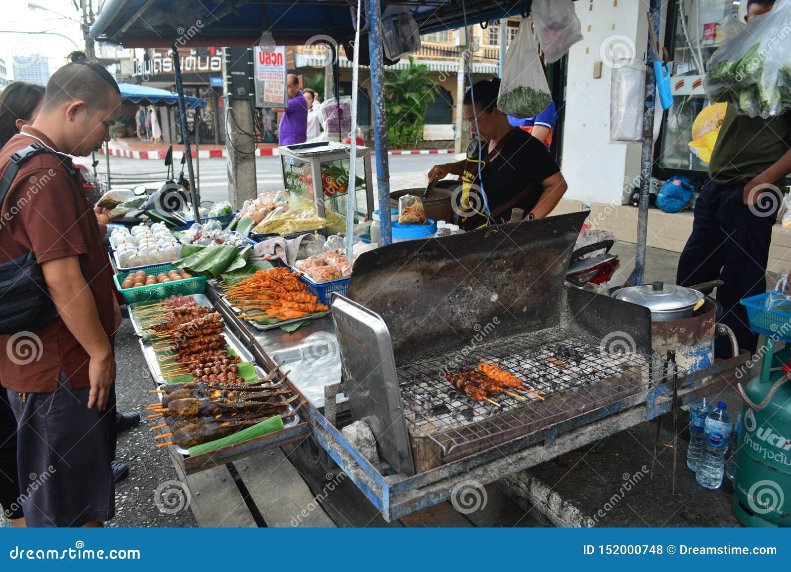 La stalla del som-Tam in alimento della via blocca il bordo della strada