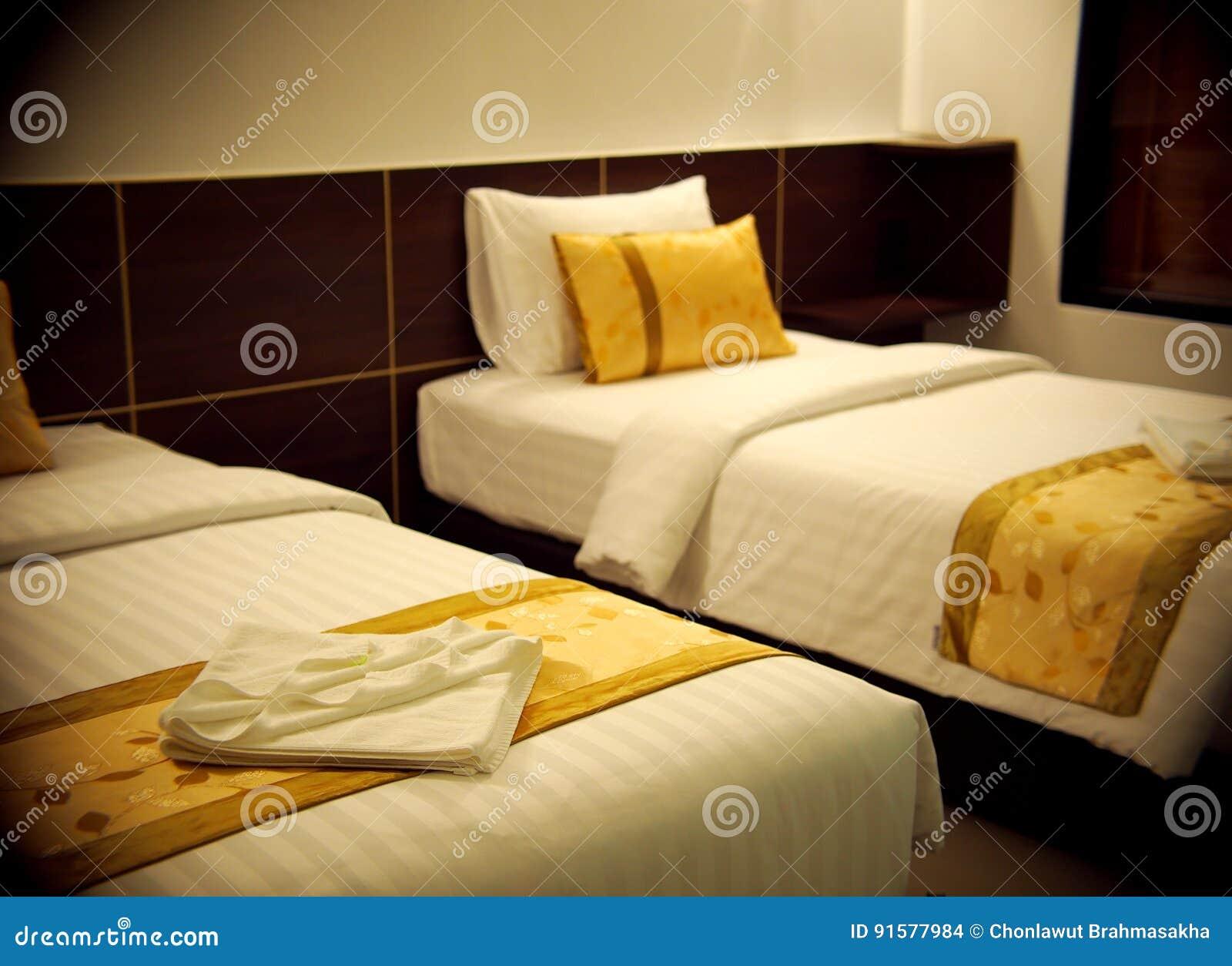 Letto Matrimoniale Giallo : La stanza del letto matrimoniale con colore di giallo di marrone