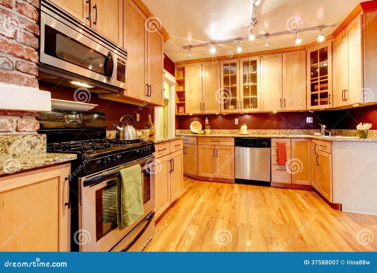 Cucina Impressionante Con Il Backsplash Di Borgogna Il Muro Di  #BF7A0C 1300 957 Ikea Tavolo Colazione A Letto