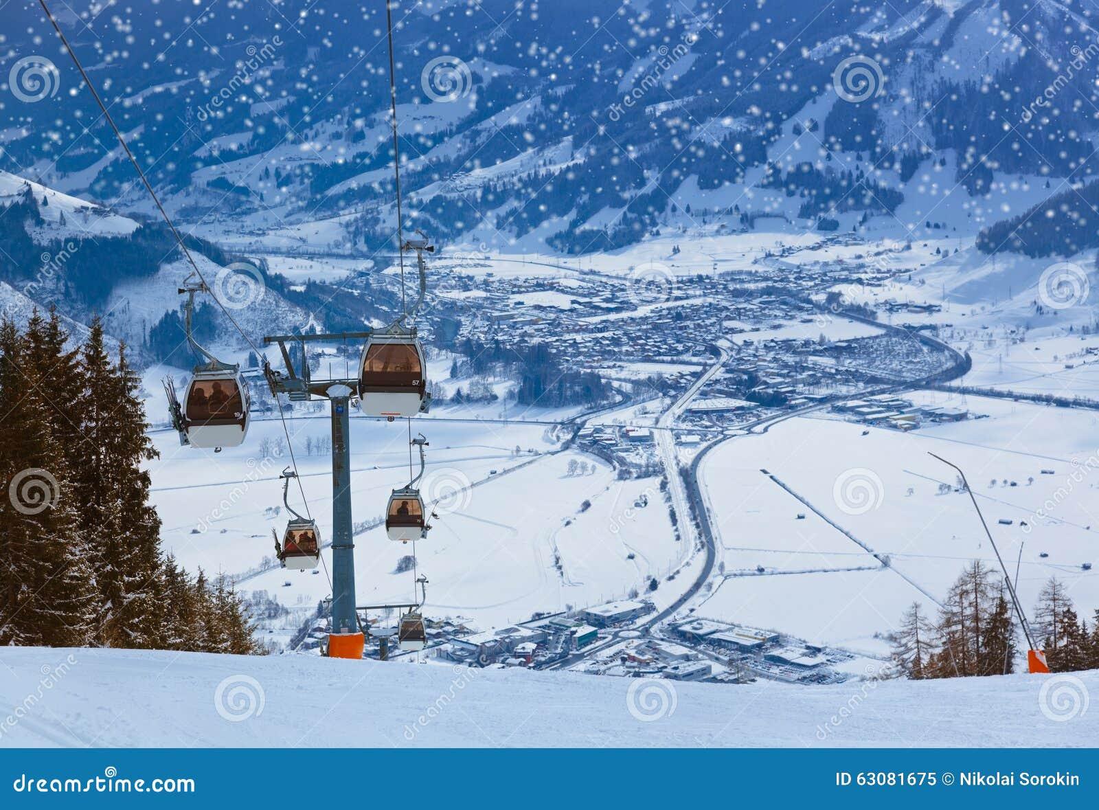 Download La Station De Sports D'hiver De Montagnes Zell-être-Voient L'Autriche Image stock - Image du roches, nature: 63081675