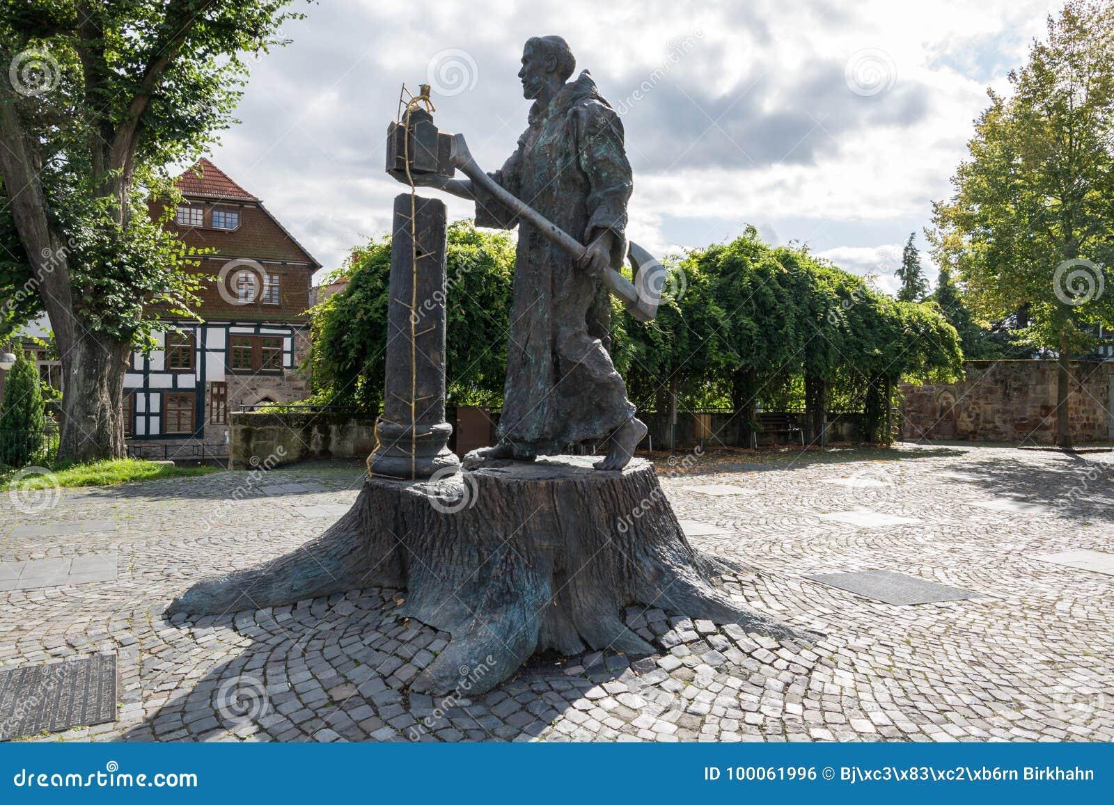 La statua di Boniface vicino alla cattedrale di piccolo tedesco a