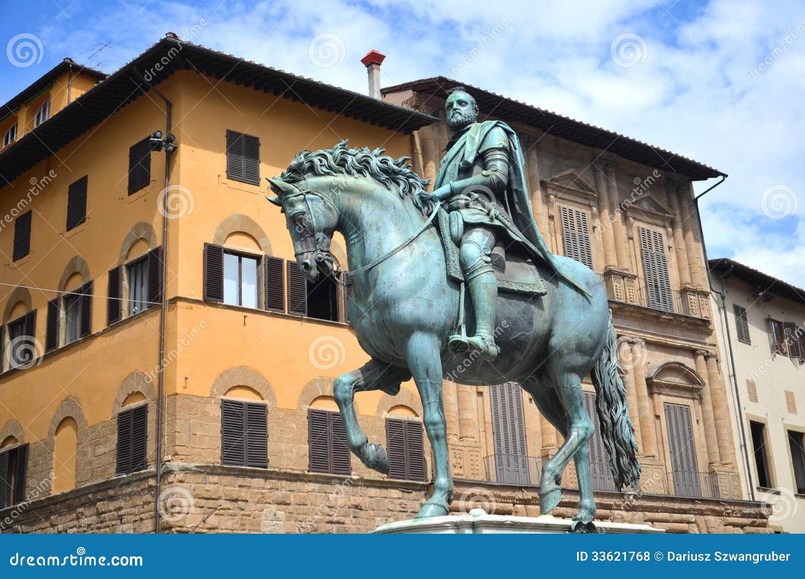 La statua di Cosimo I de Medici sul della Signoria della piazza a Firenze, Italia