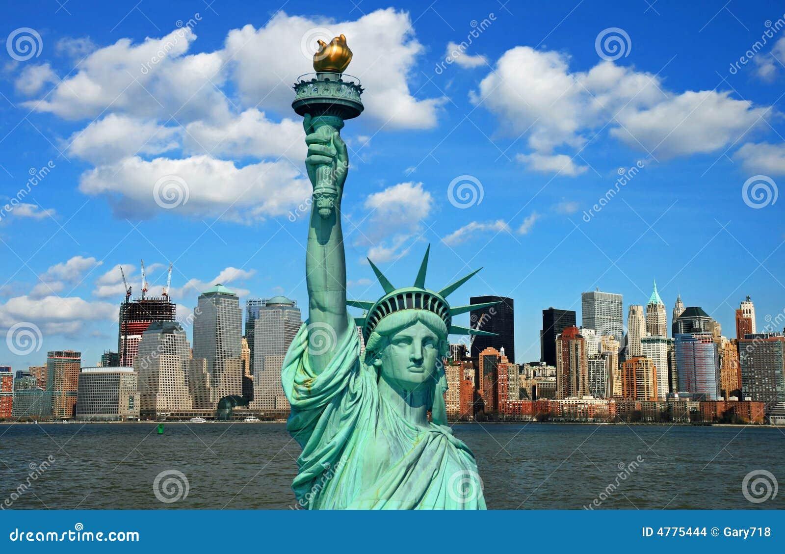 La statua di libertà e dell orizzonte di Manhattan