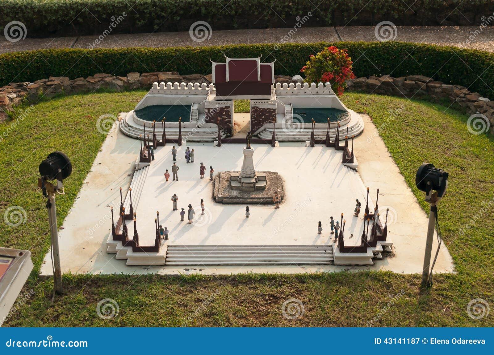 La statua di re Buddha Yodfa Chula Lok Maharacha Monument in Mini Siam Park