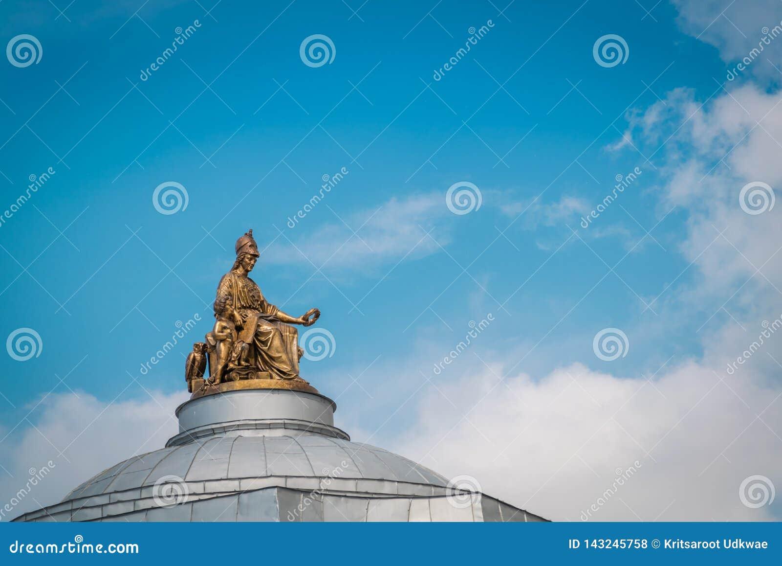 La statue d or sur le dessus de toit de l académie impériale des arts construisant dans le St Petersbourg, Russie
