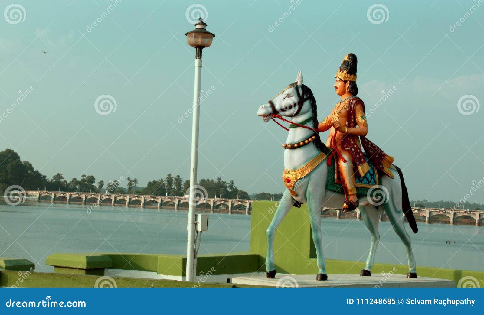 La Statue De Chola De Rajah De Rajah De Roi Dans Le Vieux Barrage