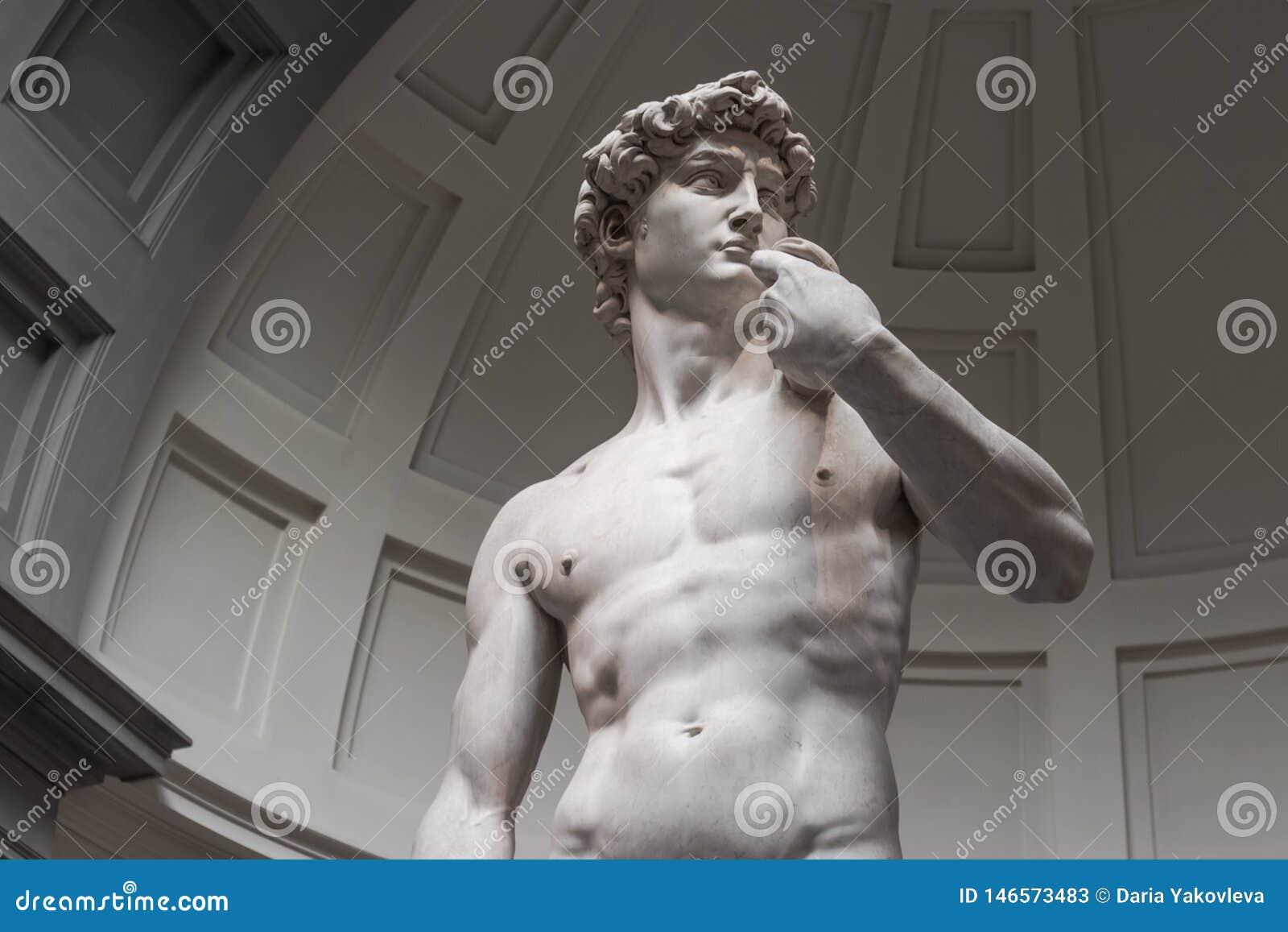 La statue de David est une vue inf?rieure sans touristes