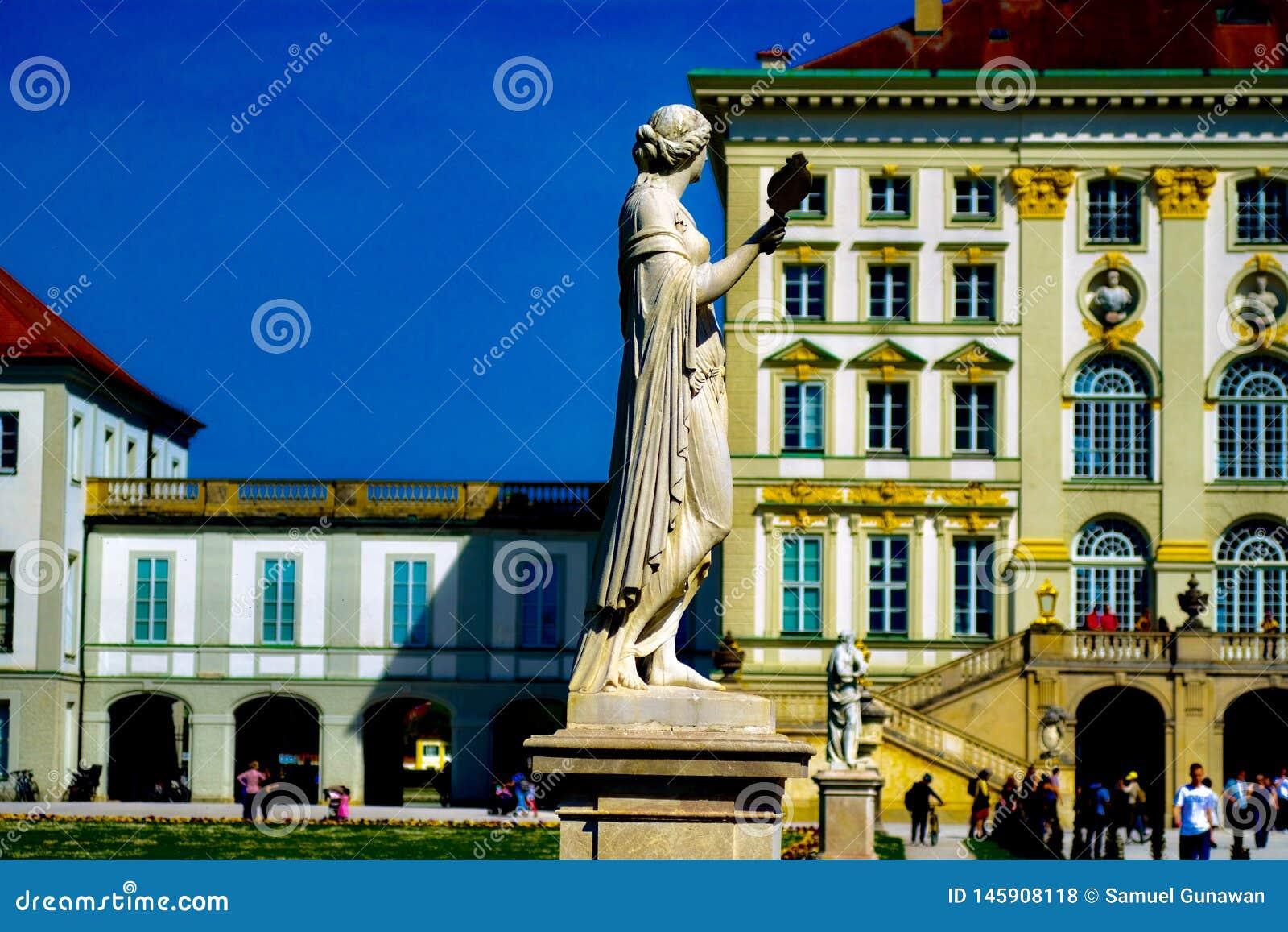 La statue de la garde de dame