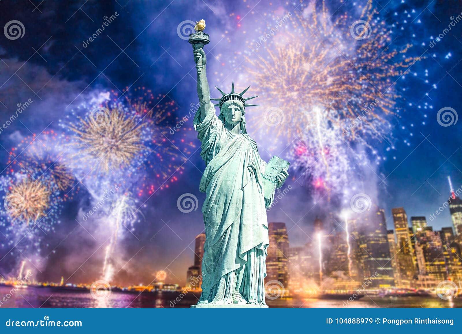 La statue de la liberté avec le fond brouillé du paysage urbain avec de beaux feux d artifice la nuit, Manhattan, New York City