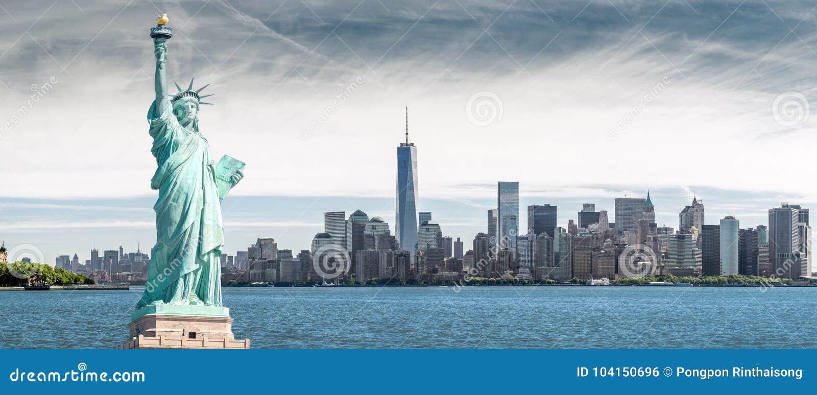 La statue de la liberté avec un fond de World Trade Center, points de repère de New York City