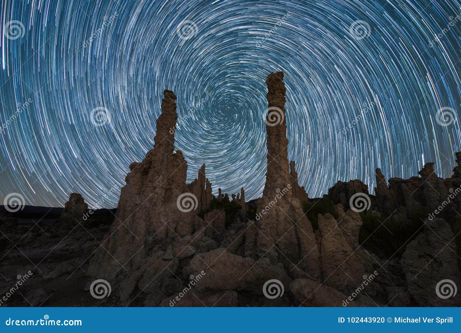 La stella a spirale di vortice trascina dietro il tufo vicino al mono lago