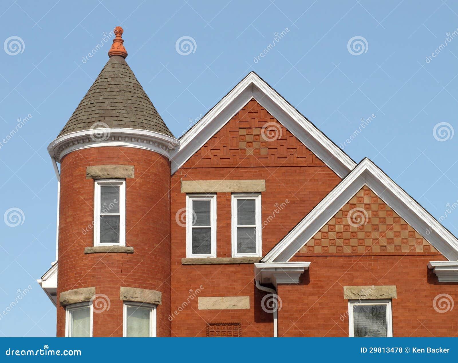 Casa con mattoni a vista con una torre d 39 angolo fotografie for Layout di una casa di una storia