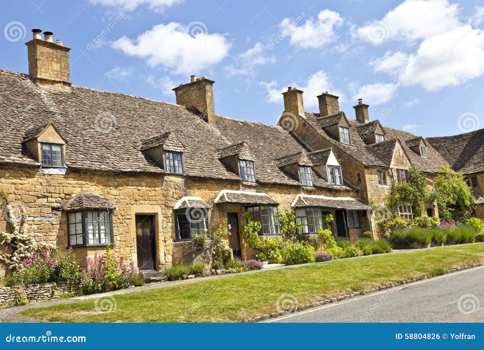 La strada dei cottage affascinanti del villaggio con l for Vecchio cottage inglese