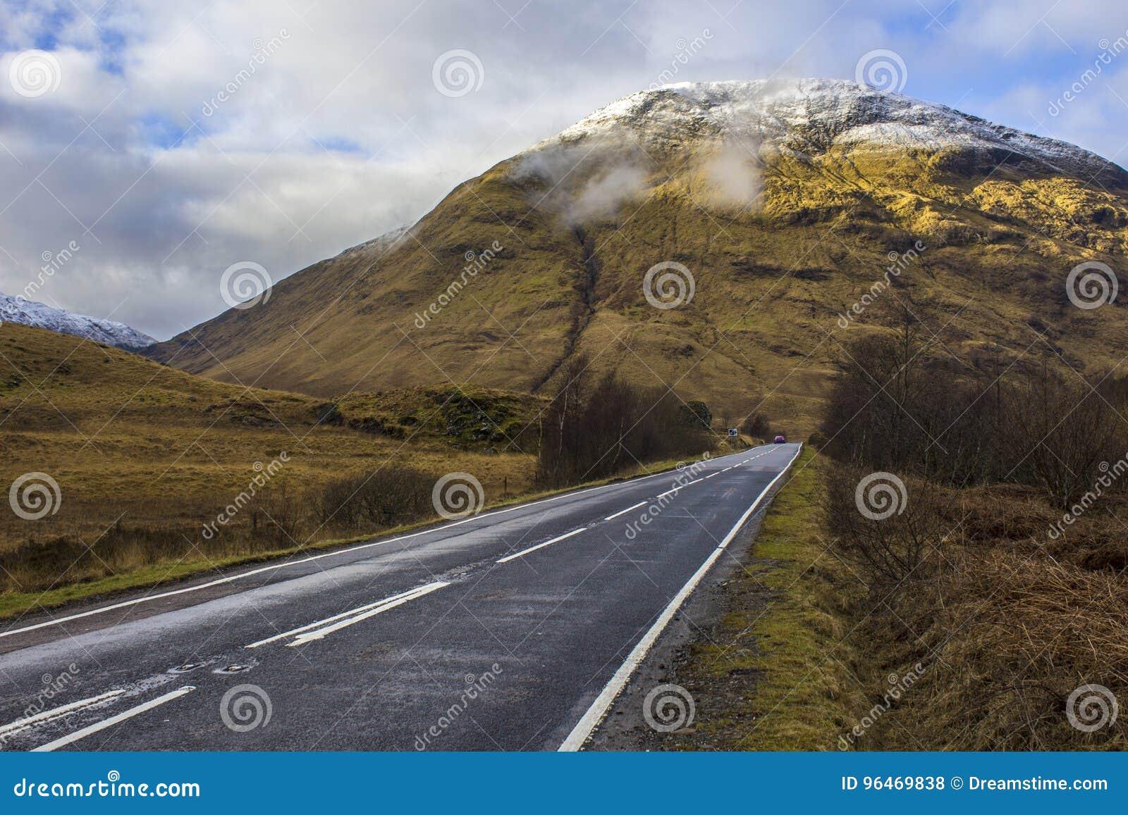 La strada più di meno ha viaggiato in Glen Coe Valley, Scozia