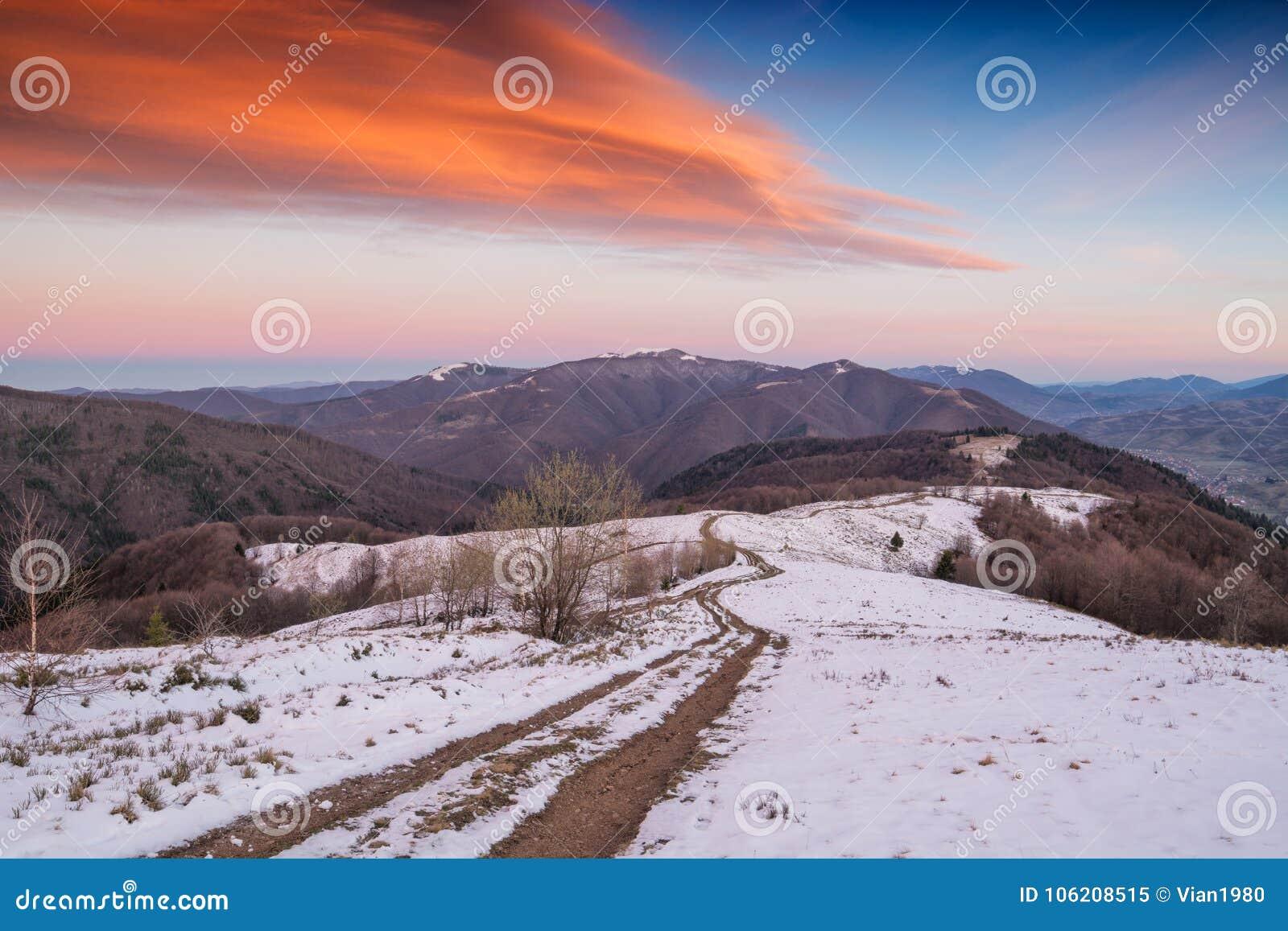 La strada su una cresta della montagna di inverno