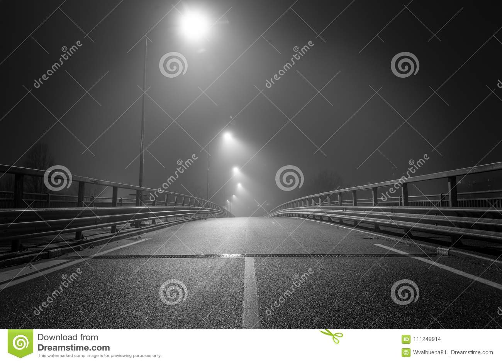 La strada vuota nel mezzo della notte