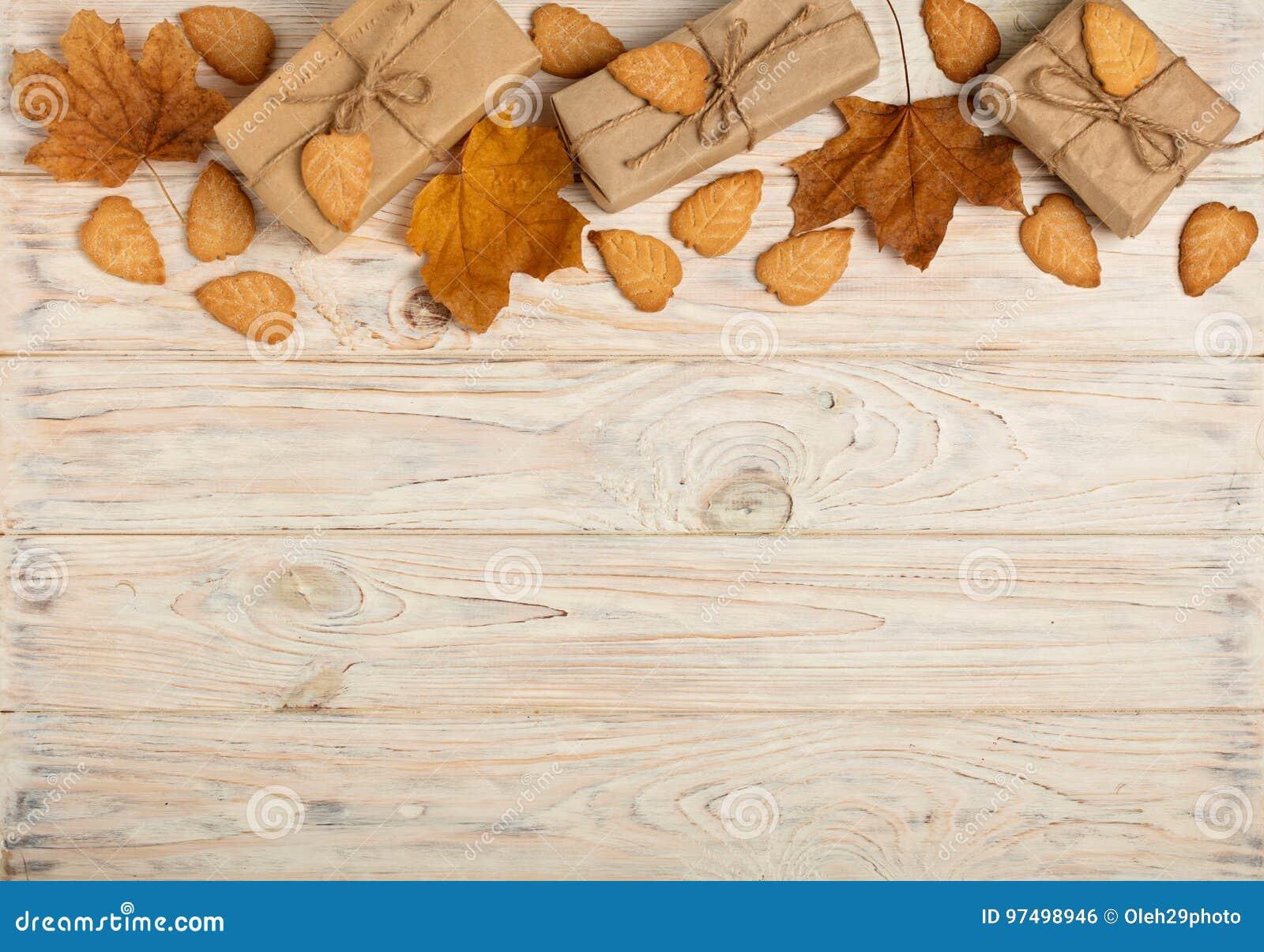 La struttura piana di disposizione di giallo va, biscotti sotto forma di foglie,