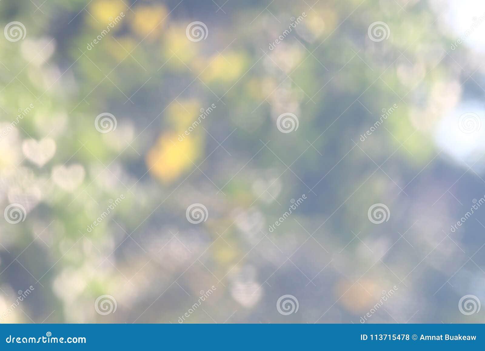 La suavidad natural del árbol del verde de la tarjeta del día de San Valentín del fondo empañó la iluminación fresca de la natura